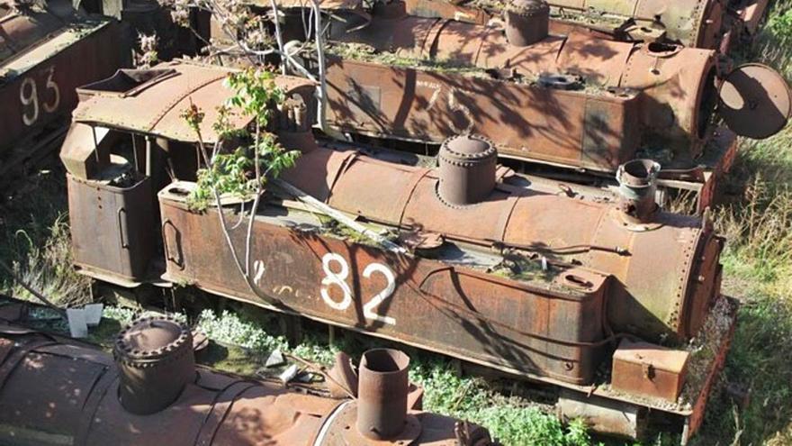 Dos locomotoras del trenet Carcaixent-Dénia se herrumbran entre chatarra