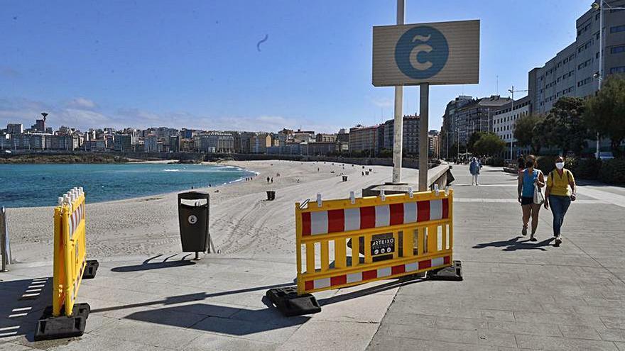 Arranca la temporada de playas con el uso obligado de la mascarilla al pasear en la orilla