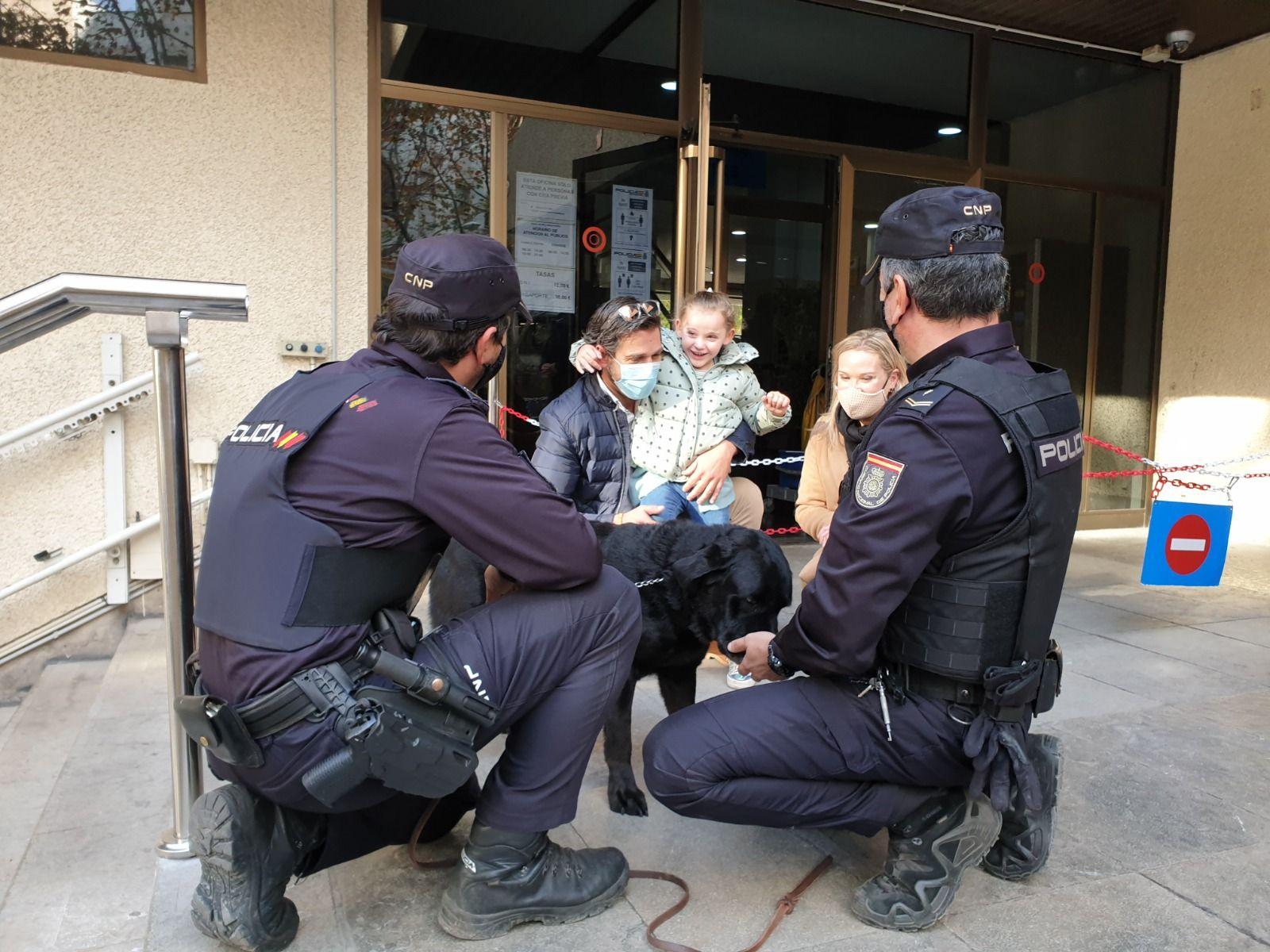 La pequeña Emma visita a la Policía Nacional