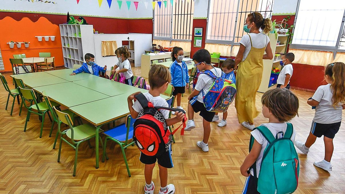 Varios niños durante el regreso a las aulas en un colegio.
