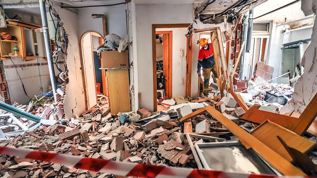 Imagen del estado en el que han quedado dos de las viviendas arrasadas por la potencia de la explosión en el edificio de Diego Ramírez de Torrevieja. | TONY SEVILLA
