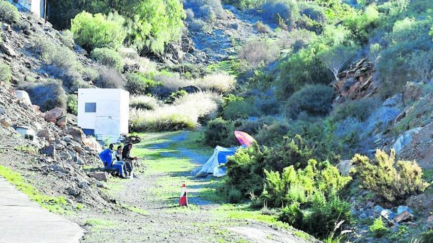 Migrantes expulsados de hoteles malviven en barrancos de Gran Canaria