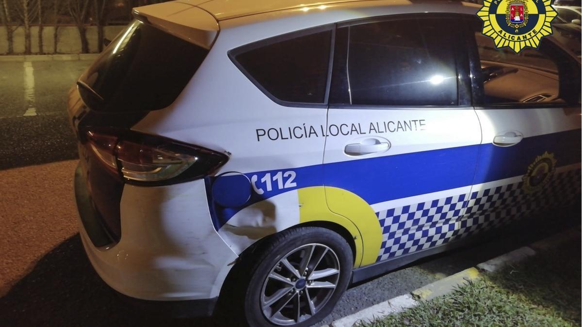 El vehículo de la Policía Local tras lo ocurrido