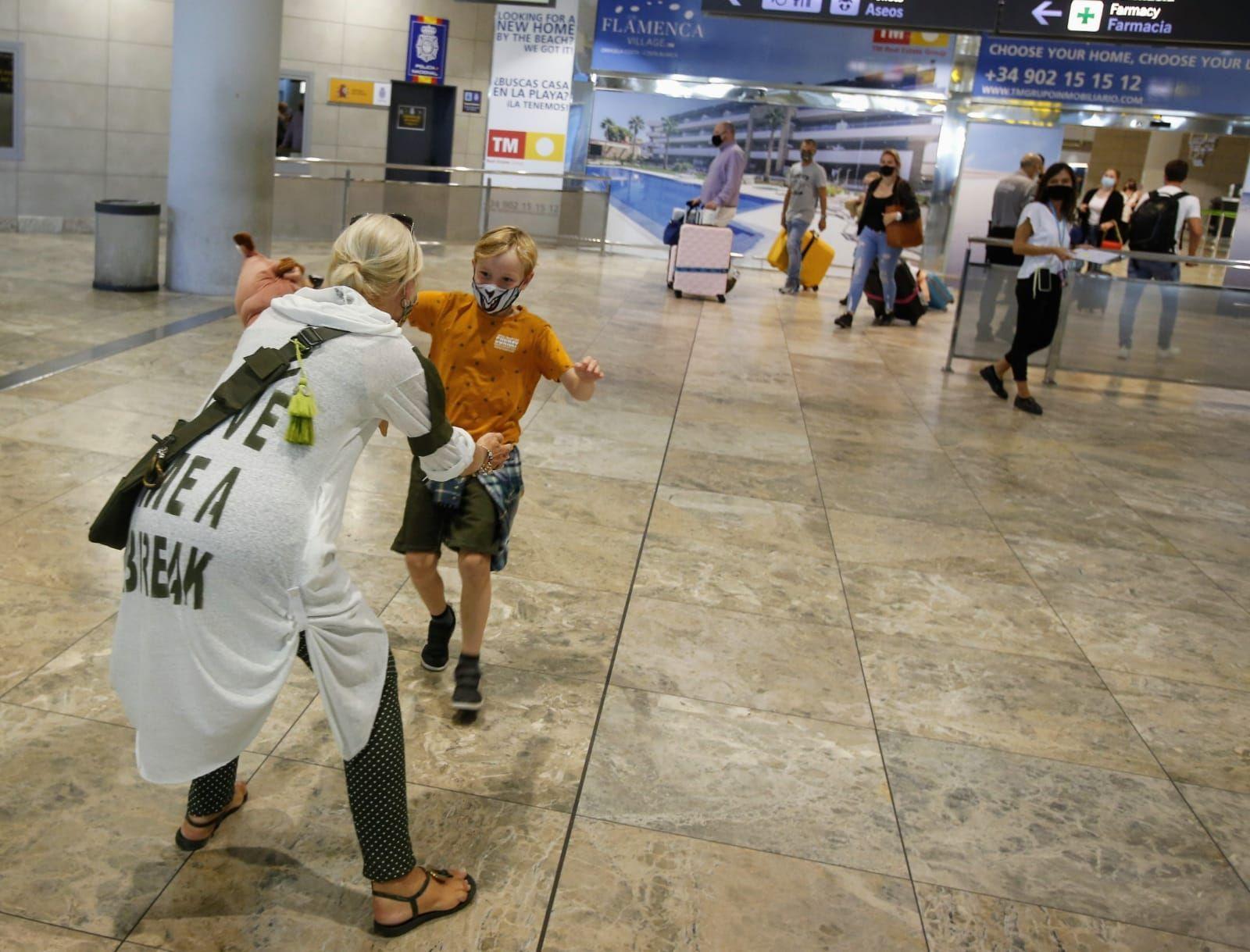 Llegada de turistas al aeropuerto y la estación de Adif en Alicante