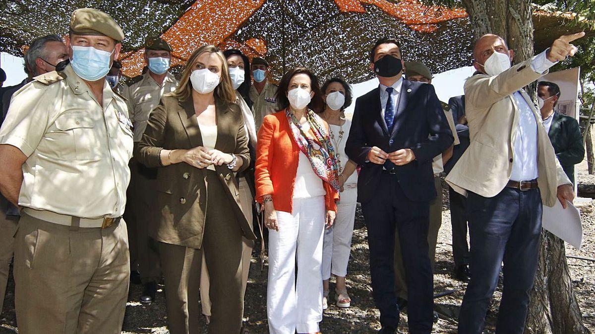 El general Varela y la ministra Margarita Robles, durante su visita a La Rinconada.