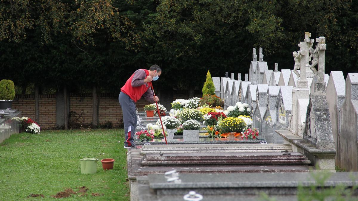 Un operario en el cementerio de Lalín