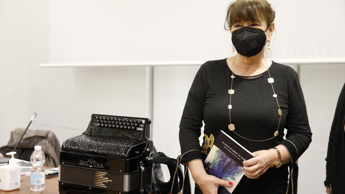 Esther García, con su libro.