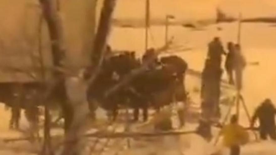 Decenas de personas saquearon un camión de comida durante la nevada en Madrid
