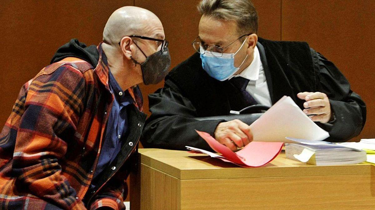 El acusado, Ramón S.G., conversa con su abogado, José Ramón Sierra, durante el juicio.