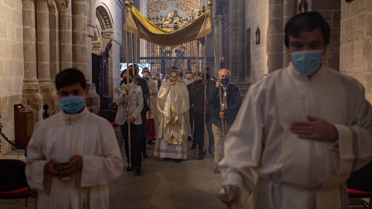 El obispo Valera durante la celebración del Corpus Christi.