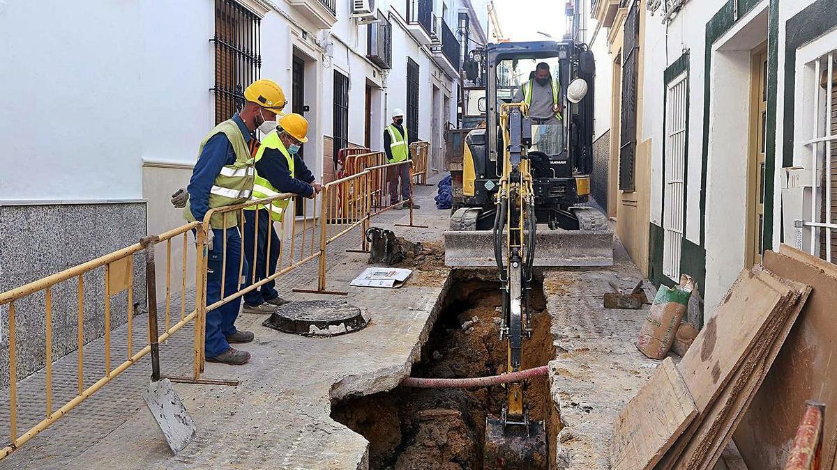 Obras de remodelación en la calle Las Salas, una vía que conecta la calle El Santo con La Silera.