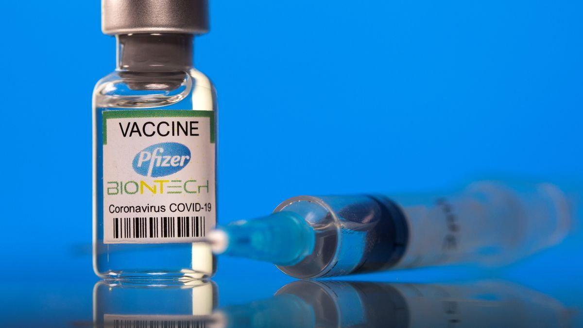 La vacuna de Pfizer se suministra entre los mayores y parte del personal sanitario