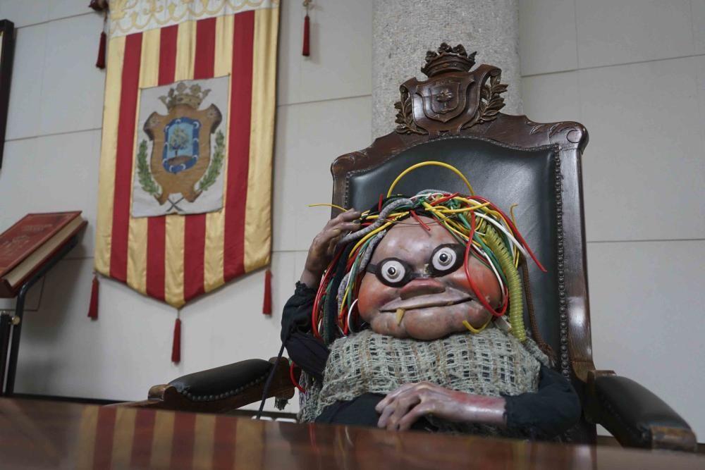 """Albaida entrega Los Electroduendes de """"La Bola de Cristal"""" para su restauración"""