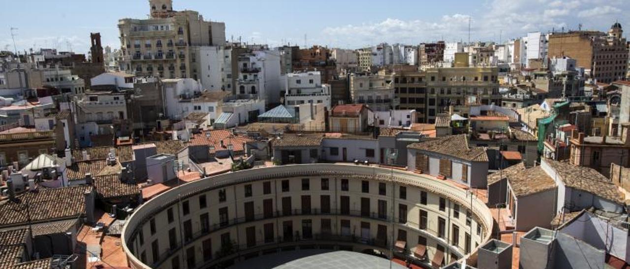 La Plaza Redonda desde el aire, con  el parasol clásico que protege a  bares   comercios.    EDUARDO RIPOLL