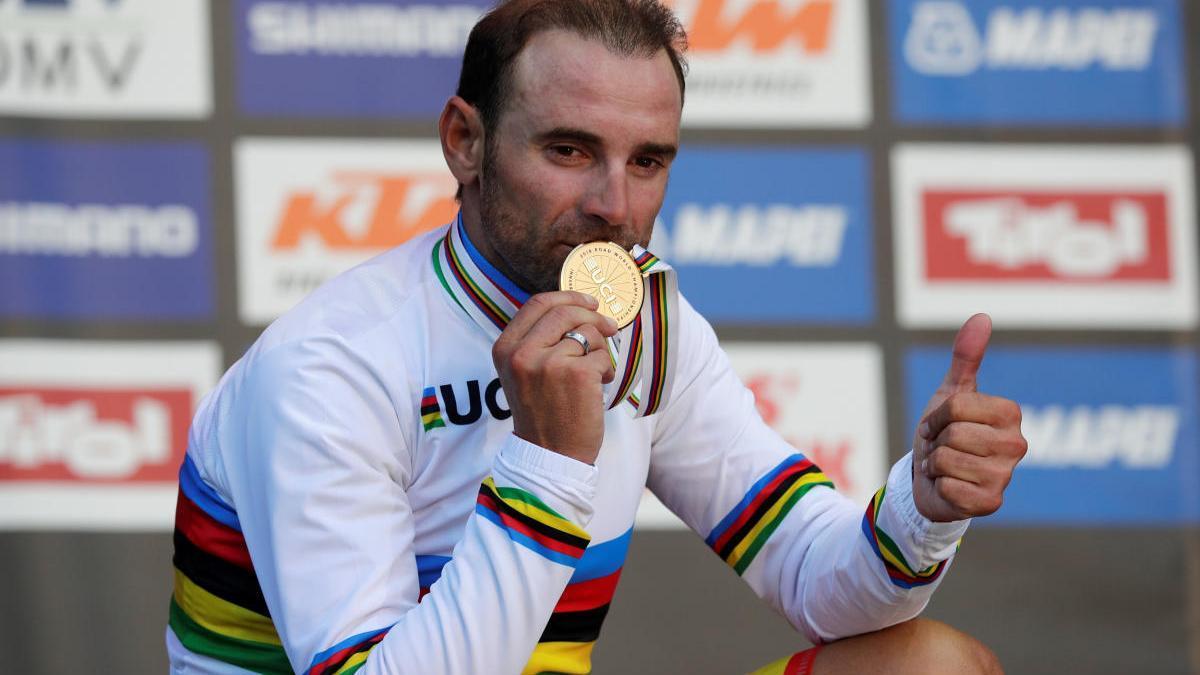 Alejandro Valverde, con su medalla de campeón del mundo en Innsbruck 2018.