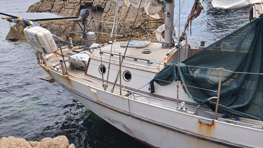 Buscan al dueño de un velero de bandera sueca que apareció encallado en O Vicedo