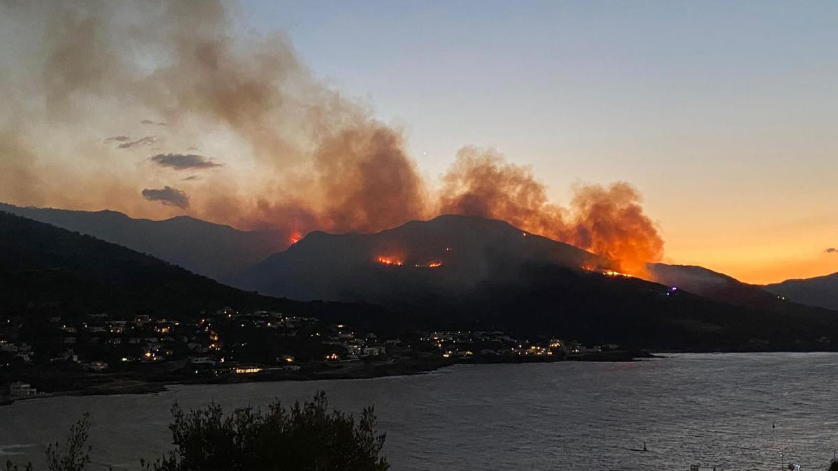 Un incendi forestal entre Llançà i Port de la Selva vist des d'aquest últim municipi el 16 de juliol del 2021. Pla general. (Horitzontal)