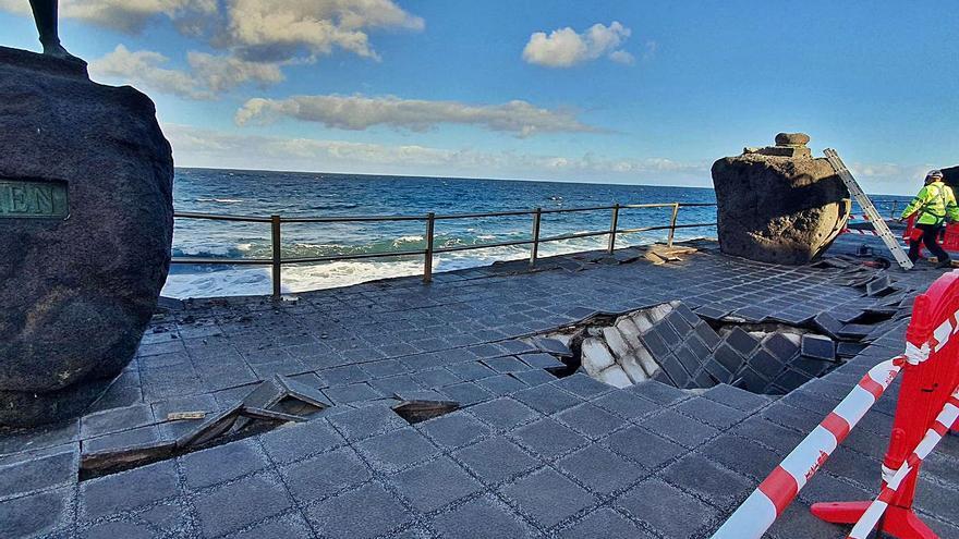 La obra para asegurar las estatuas y la plaza elimina parte de la playa Los Guanches