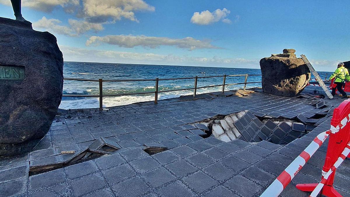 Efectos de la acción del mar en el frente de la plaza de La Patrona.