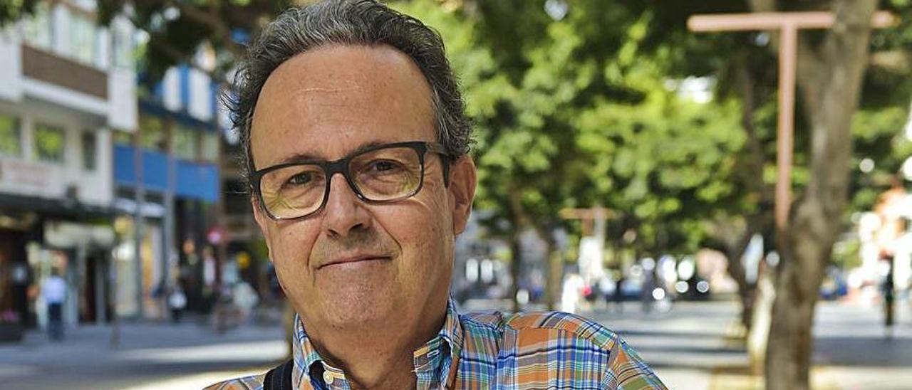 José Caballero, el viernes, en la avenida Mesa y López de la capital. | | ANDRÉS CRUZ