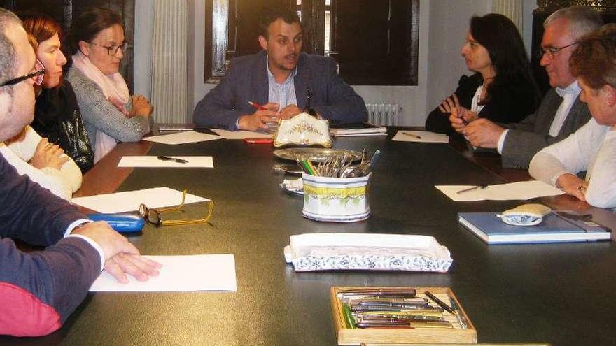 Tomás del Bien se dirige al resto de miembros del Patronato de la Casa de Cultura en la reunión.