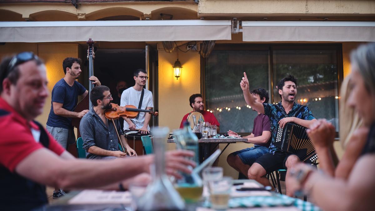 Actuació de Germà Negre en un dels concerts per cantar de la segona edició de l'Hostal Càntut, al restaurant Can Servatà. Dimecres 21 de juliol de 2021 (Horitzontal)