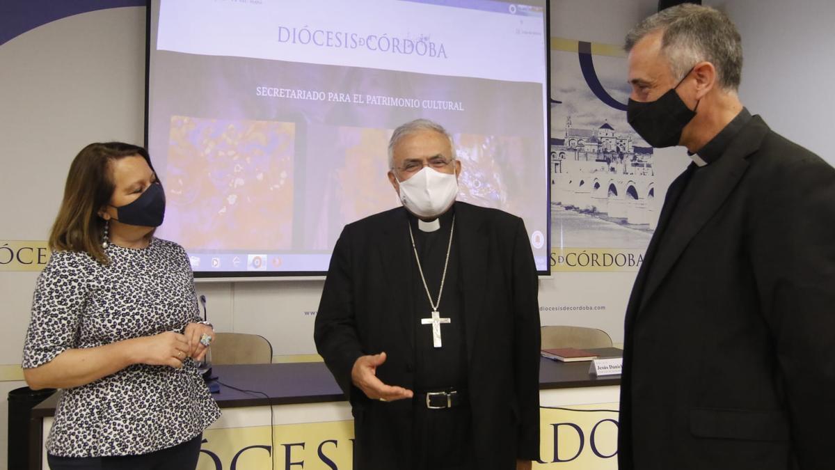 Demetrio Fernández, Obispo de Córdoba, Jesús Daniel Alonso, director del secretariado Diocesano de Patrimonio Cultural, y María José Muñoz, directora del museo Diocesano en la presentación de la nueva página web.