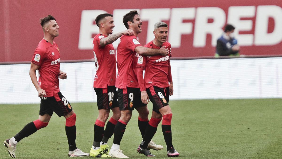 Salva celebra conValjent, Antonio y Abdón su gol.