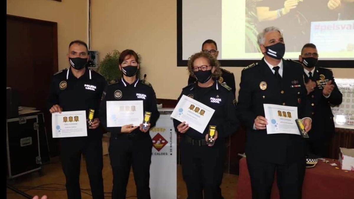 Los agentes y el intendente de la Policía de Xàbia, homenajeados en la gala de los Escudos Solidarios