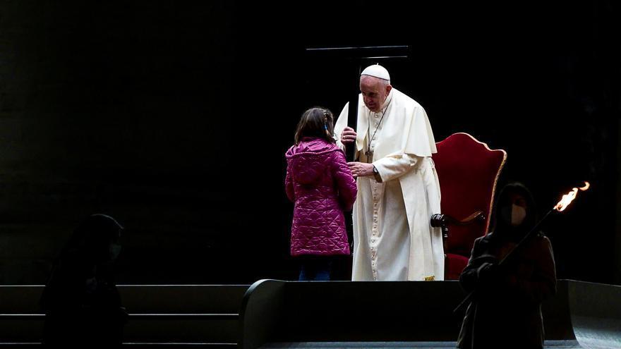 El Papa invita en el Vía Crucis a mirar el mundo con la perspectiva de los niños