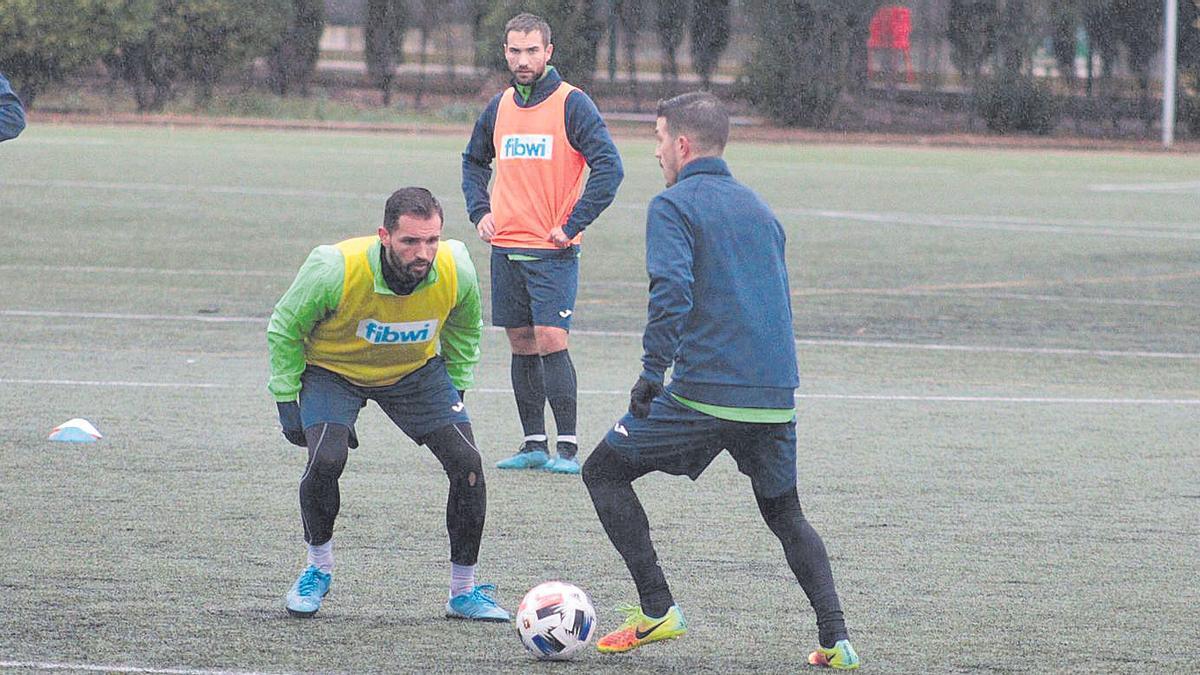 Los jugadores Jaime y Saúl, durante un entrenamiento del Poblense.