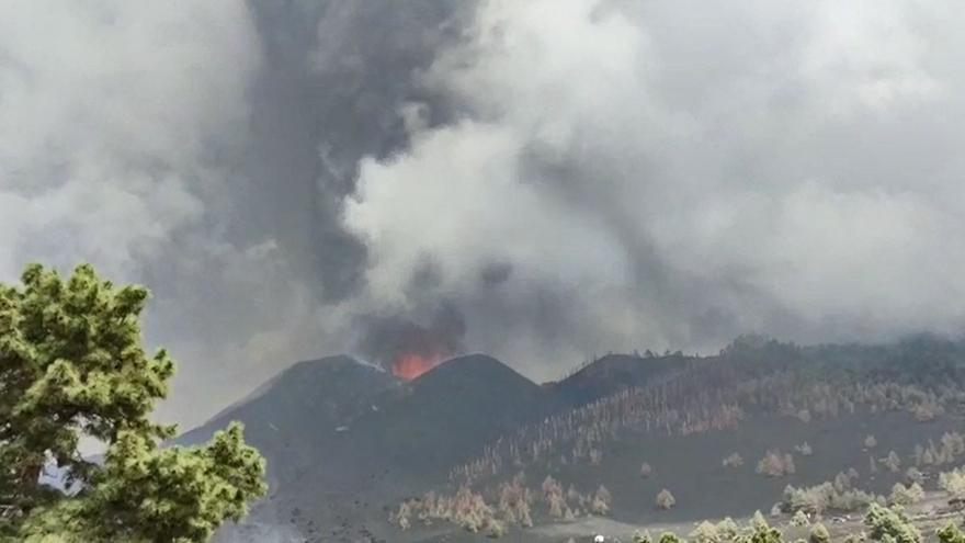 Fuerte explosión antes de la apertura de la nueva boca del volcán de La Palma