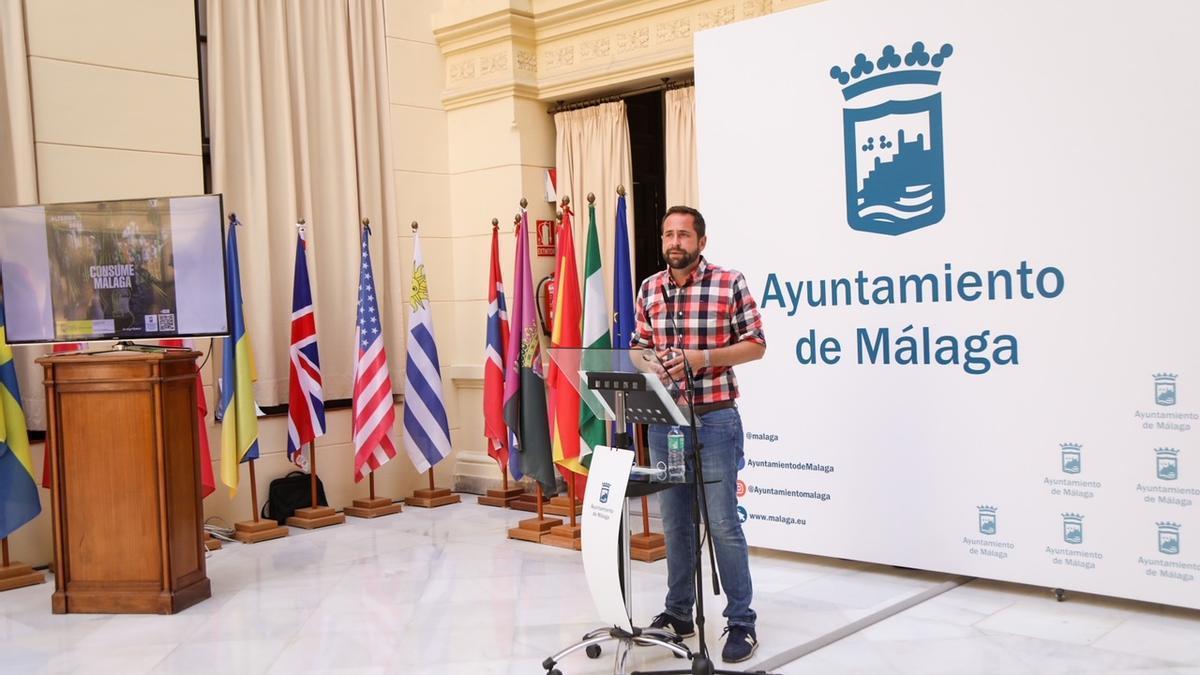 Luis Verde presenta el programa de ocio nocturno para jóvenes.