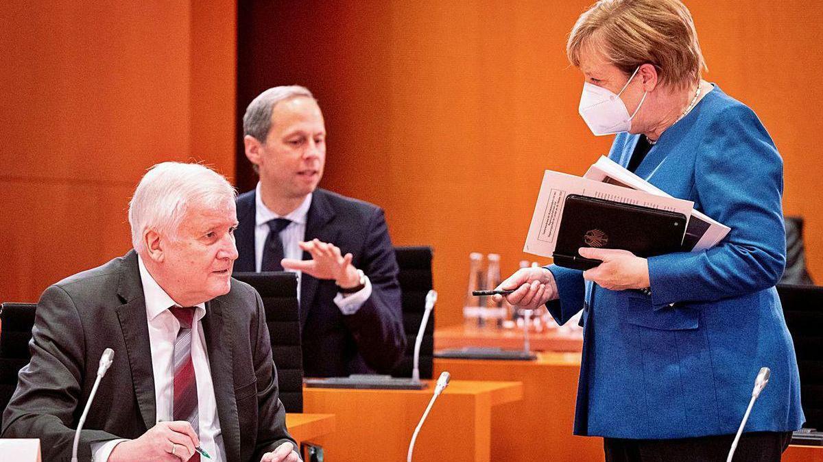 La canciller alemana, Angela Merkel, de pie, ayer en una reunión de trabajo.