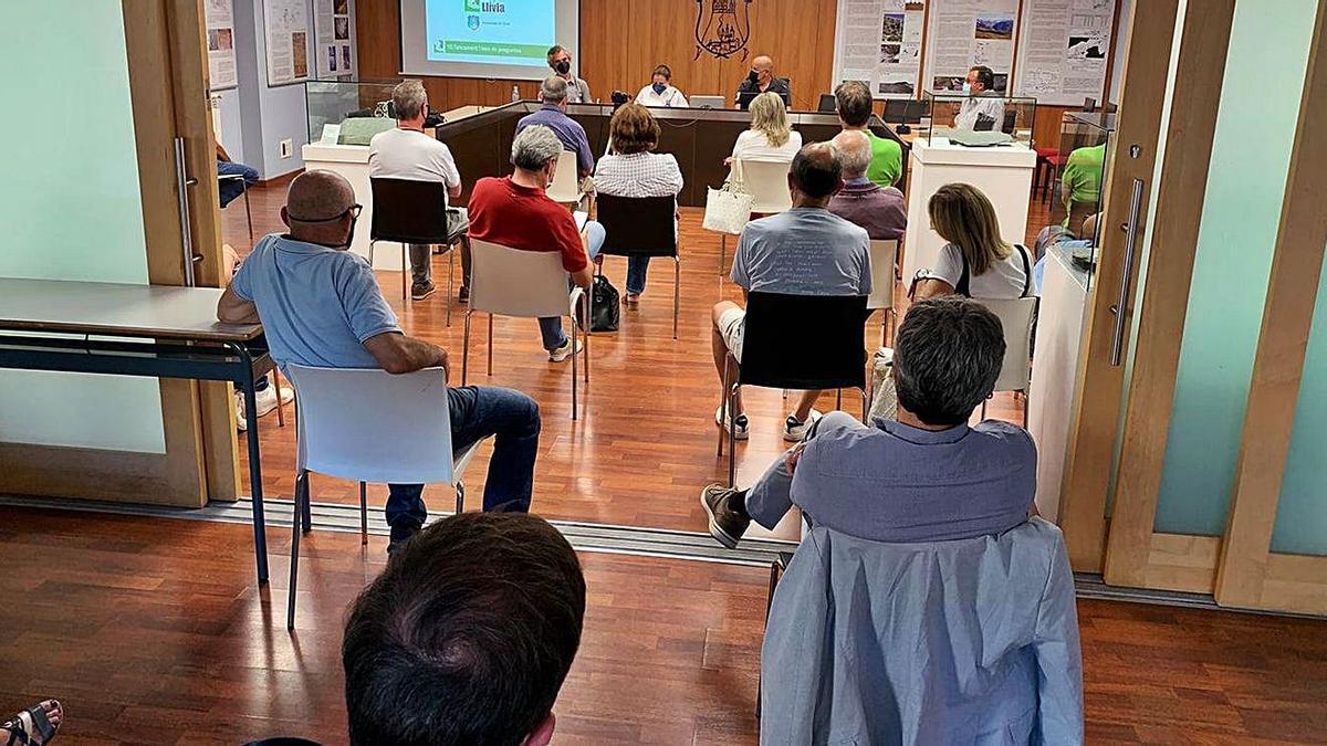 La reunió amb els veïns en la qual l'Ajuntament ha presentat en públic el nou POUM   AJ LLÍVIA