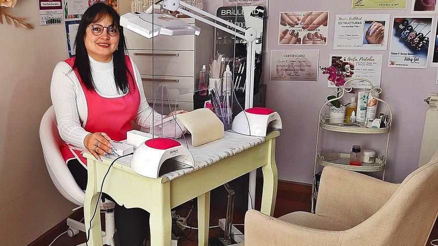 Viviana Barona, la emprendedora que vive de las uñas en un pueblo de Llanes