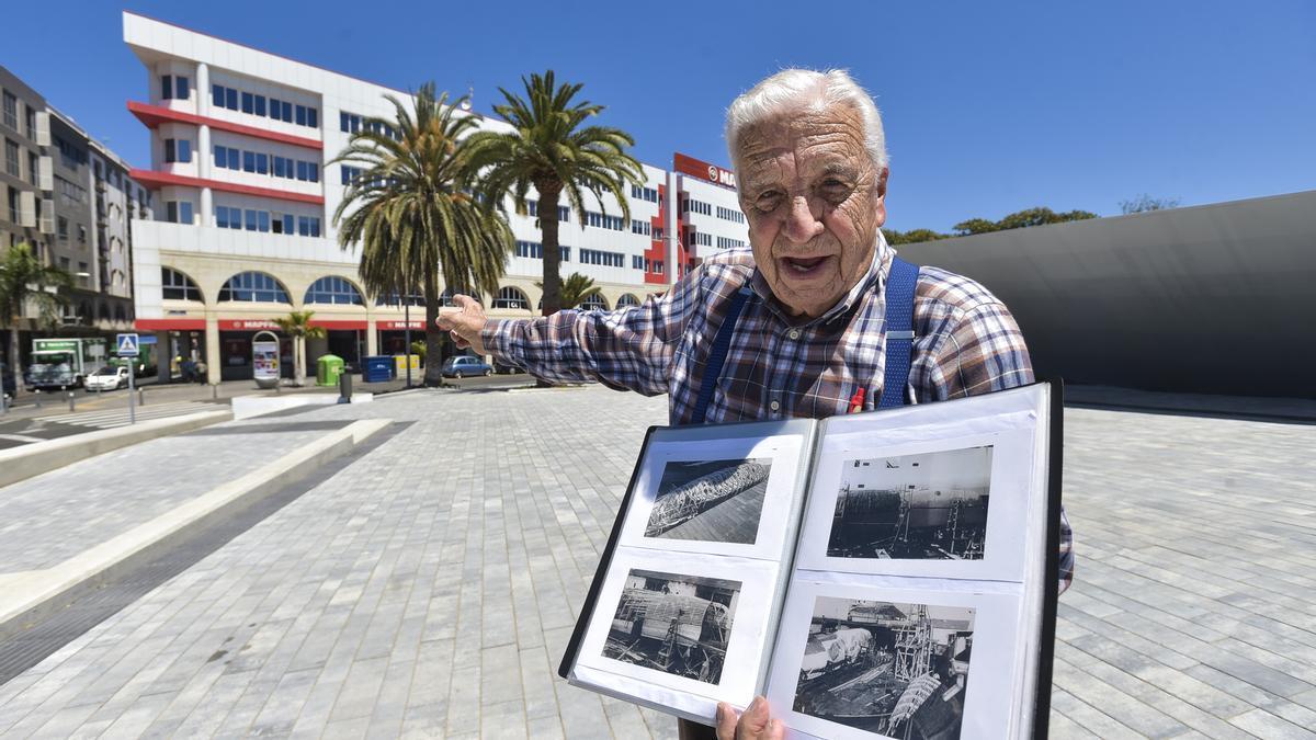 Pedro Suárez, que participó en la construcción de Moby Dick, señala el lugar donde se encontraba la ballena hecha con madera y caucho