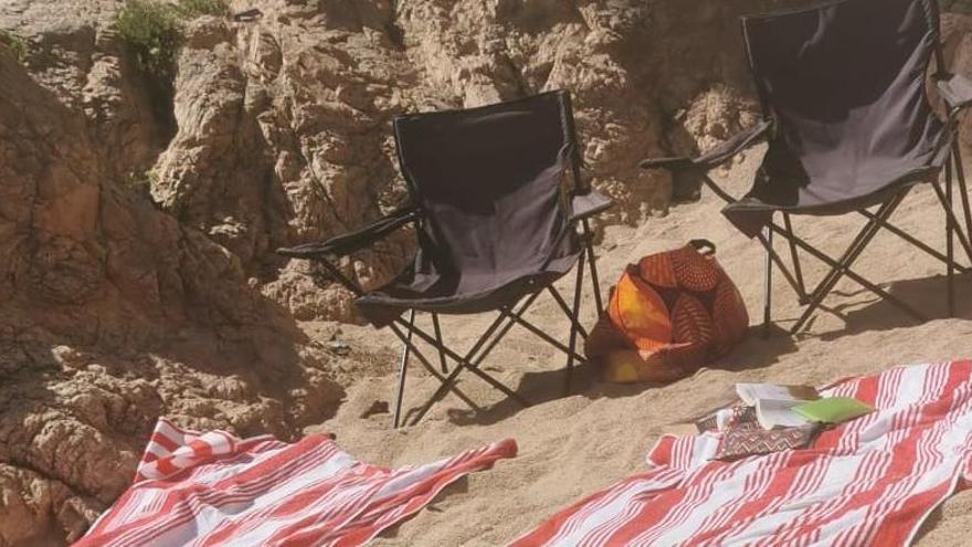 Retiren una vintena de tovalloles i dues cadires de gent que guardava lloc a les platges de Palafrugell