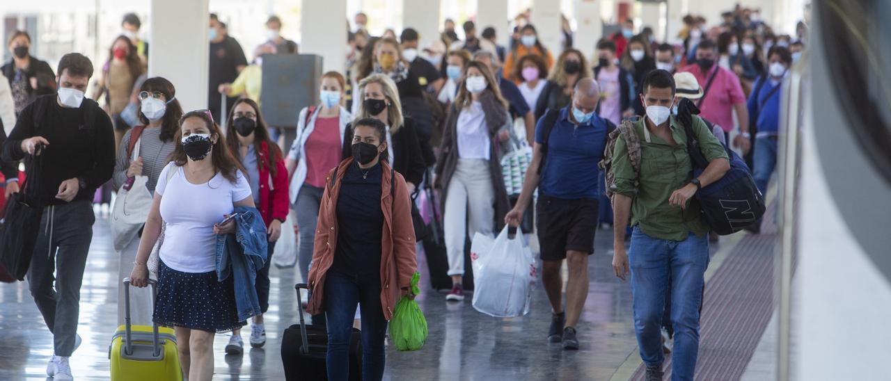 Viajeros bajando de un AVE que conecta Madrid con Alicante durante el primer fin de semana tras acabar el cierre perimetral