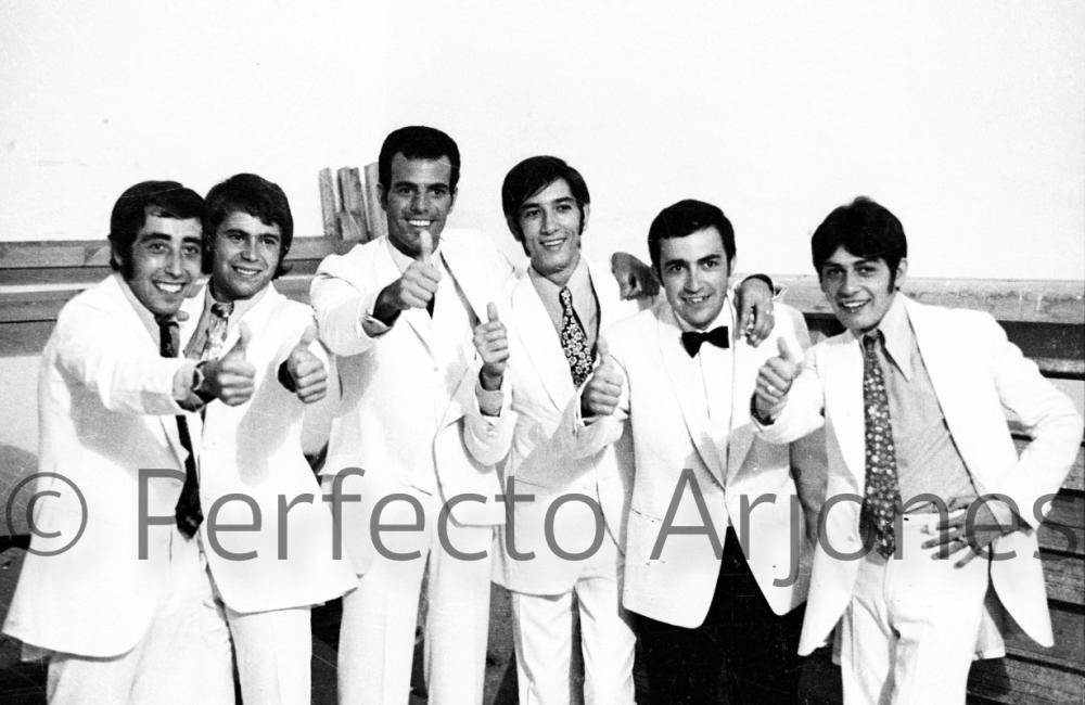 JULIO IGLESIAS, EN 1969 CON EL GRUPO GANADOR DEL X FESTIVAL DE LA CANCIÓN DE BENIDORM.