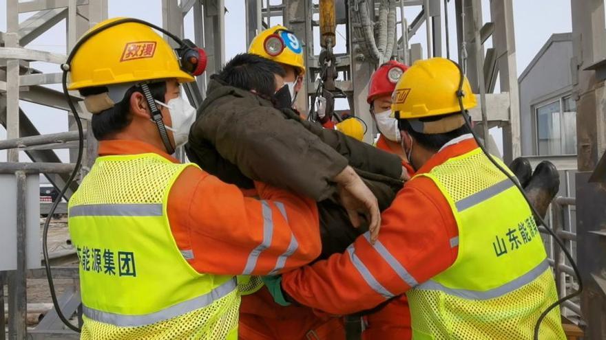 Rescatan a nueve de los 22 mineros atrapados bajo tierra tras una explosión en China