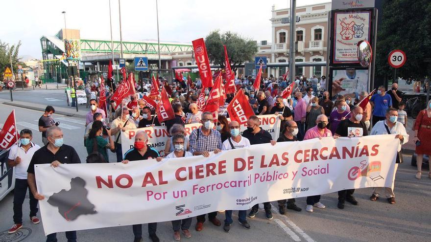 Casi un millar de personas protestan en Murcia contra el cierre del Cercanías