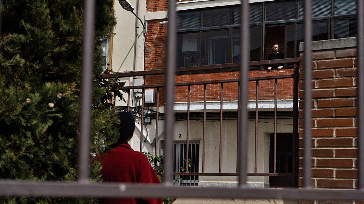 Una mujer se asoma a su ventana durante el confinamiento. |