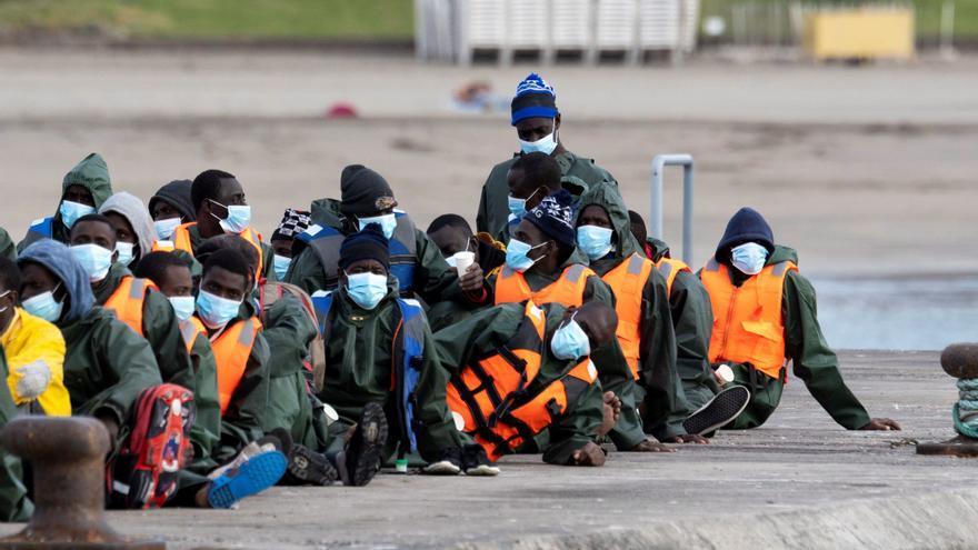 Llega a Los Cristianos el primer cayuco de 2021 con 59 migrantes