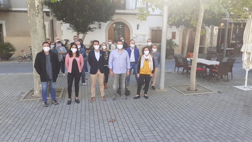 Cargos autonómicos y municipales de El Pi arropan al alcalde de Maria antes de ser censurado