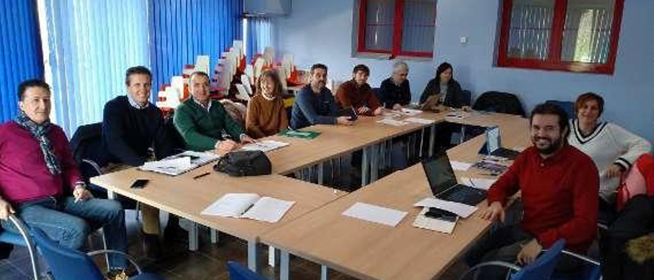 Reunión, ayer, en el Serida, del grupo operativo sobre el manzano.
