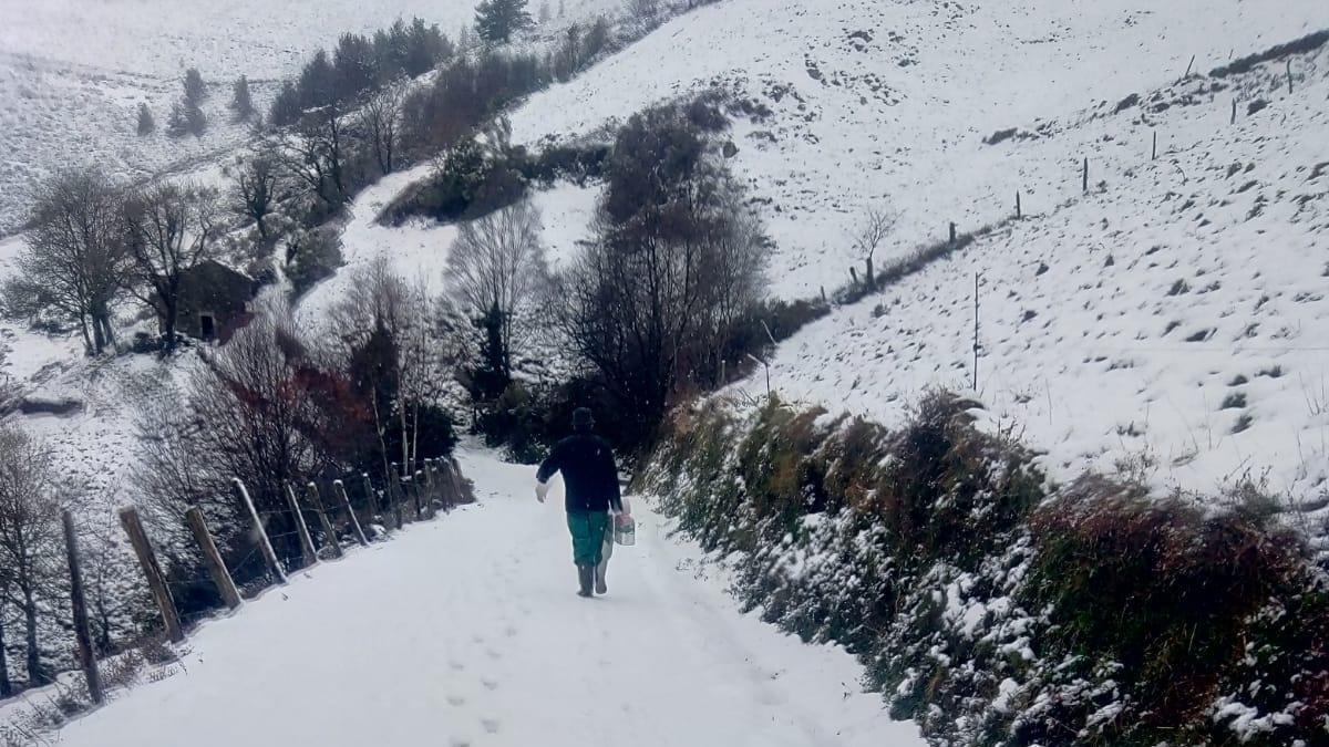 Armando Martínez, vecino de Brañaseca (Cudillero), sube por la carretera tomada por la nieve