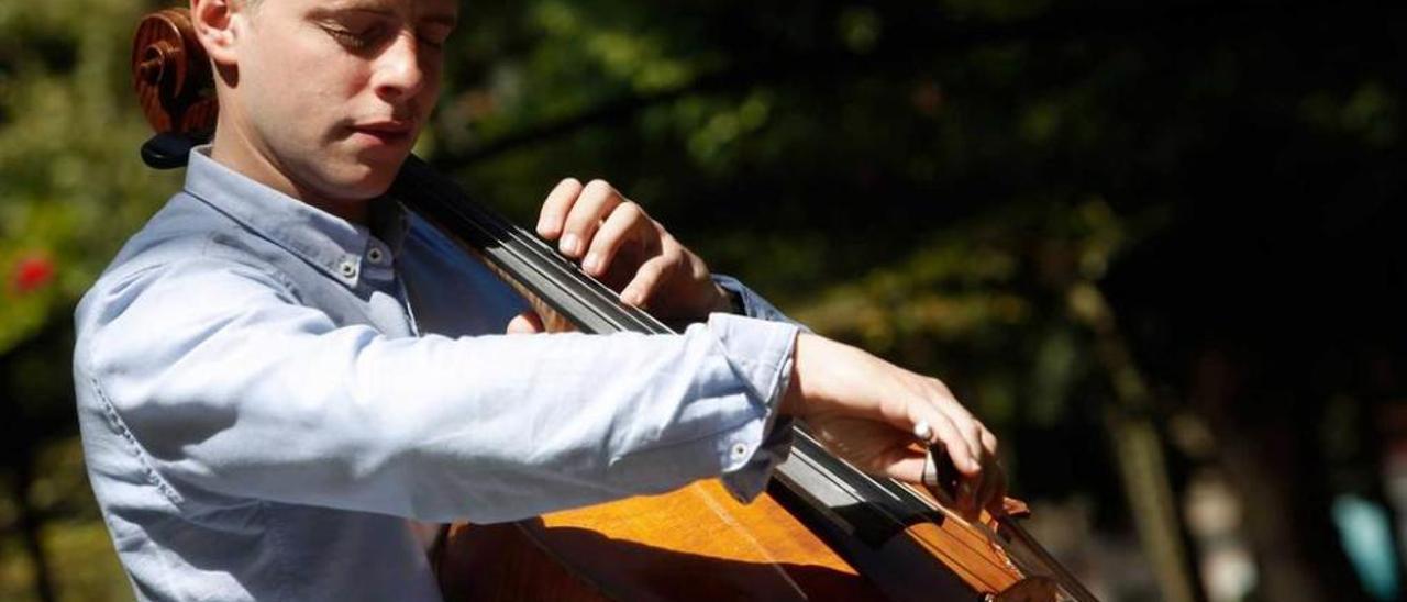 Gabriel Ureña, tocando su violonchelo en el parque del Muelle.