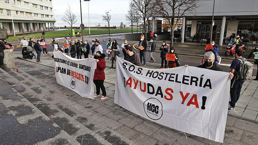 Los hosteleros protestan en Gijón para pedir ayudas complementarias a los ERTE