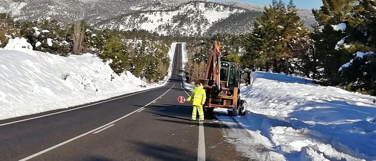 Un operario del sector V4 de la empresa Pavasal en una carretera acondicionada tras Filomena. | PAVASAL